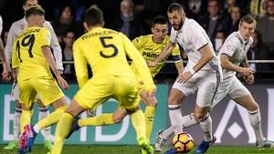 Benzema, rodeado de jugadores del Villarreal