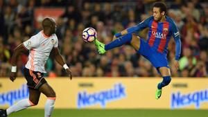 Neymar, en una espectacular acción del FC Barcelona - Valencia (4-2) en el Camp Nou