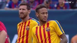 Neymar y Messi, con la camiseta de calentamiento