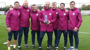 Guardiola posó con todos sus colaboradores y el premio recibido