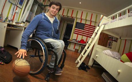 Daniel Stix practicando con la pelota de baloncesto en su habitaci�n