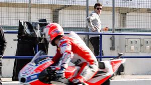 Dovizioso, el más rápido del día en Jerez, cruza la mirada con Márquez