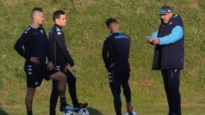 Sarri da instrucciones a Callejón y Hamsik en el entrenamiento de esta tarde