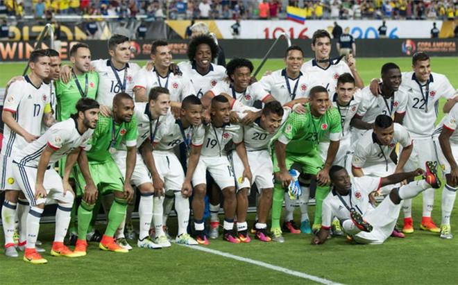 La selecci�n de Colombia tras recibir la medalla