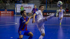Maxi Rescia trata de controlar la pelota ante la oposición de Roger Serrano