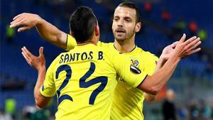 Soldado felicita a Santos Borré por su gol