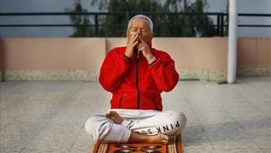 Bahadur Sherchan hace ejercicios de respiración en su casa en Katmandú