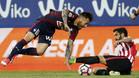 Raúl García, luchando por un balón con Sergi Enrich