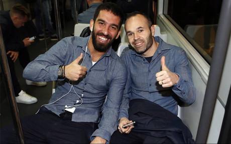 Andr�s Iniesta con Arda Turan, a su llegada a Valencia