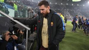 Messi yendo al banquillo del Juventus Stadium