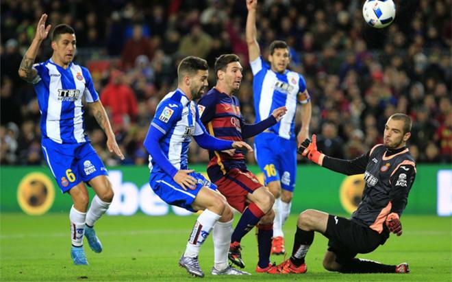 Pau L�pez, en un derbi contra el Barcelona