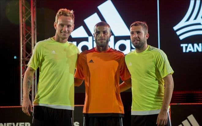 Rakitic, Rafinha y Alba, durante la presentaci�n de las nuevas botas de Adidas