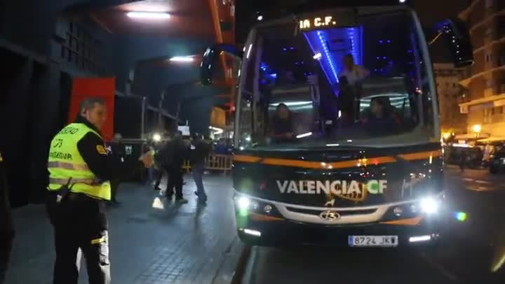 El Valencia llega a Mestalla con los gritos de la afici�n