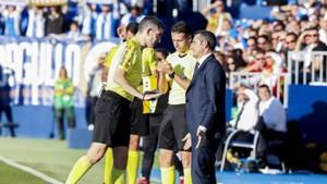 Valverde enojado con el colegiado tras la amarilla a Gerard Piqué