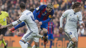 Leo Messi, frenado por Sergio Ramos en el FC Barcelona - Real Madrid de la Liga 2016/17