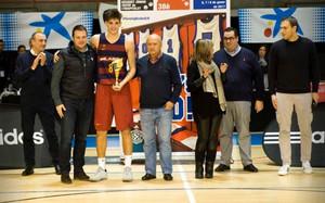 Sergi Martínez recogiendo el trofeo de MVp del Torneo de LHospitalet
