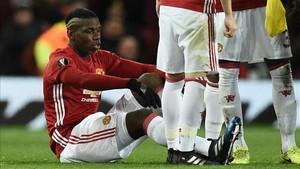Paul Pogba no pudo concluir el partido de Europa League entre el Manchester United y el Rostov