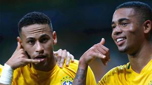 Neymar Júnior y Gabriel Jesús celebran un gol de Brasil durante un partido contra Argentina en las Eliminatorias del Mundial de Rusia 2018