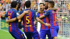 El Barcelona celebra el triunfo en la última visita a Mestalla