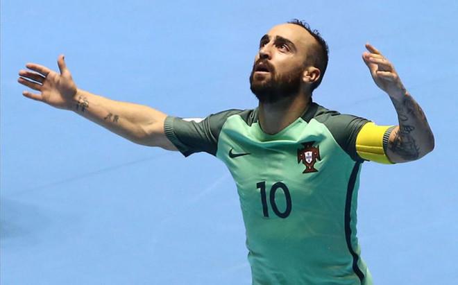 Ricardinho celebra uno de los goles de Portugal