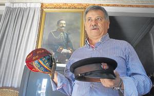 Antonio Ramos con los casquetes de la década de los años 10 del siglo XX y la gorra del conserje Manuel Torres