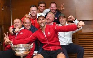 Novak Djokovic celebra su triunfo con todo su equipo