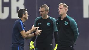 Juan Carlos Unzué con Jasper Cillessen y Marc-André Ter Stegen en un entrenamiento del FC Barcelona
