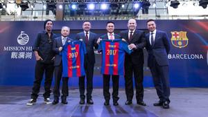 Ronaldinho, el director de deportes de Hainann Ding Hoi, Bartomeu, Ken Chu, Oscar Grau y Tenniel Chu en un acto de presentación del acuerdo entre el Barça y Mission Hills