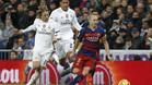 Luka Modric, Raphael Varane y Andrés Iniesta durante el clásico Real Madrid - FC Barcelona de la Liga 2015/16