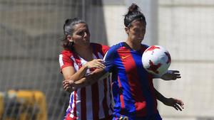 Jennifer Hermoso controla el balón ante la presión de Andrea Pereira, del Atlético de Madrid, durante la final de la Copa de la Reina 2017