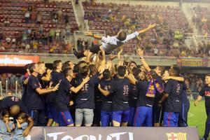 Gerard López, manteado por sus jugadores nada más acabar el partido
