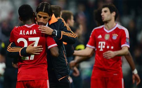 Alaba y Khedira se saludan tras el Bayern-Madrid de la pasada temporada