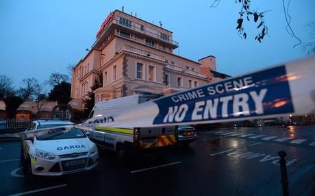 La policia irlandesa acordona la zona donde tuvo lugar el ataque del grupo armado