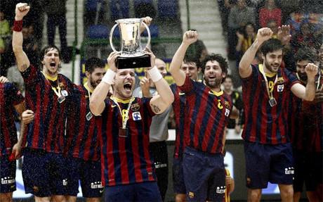 El capitán Víctor Tomás recibió el trofeo de campeón de Copa cuatro años después