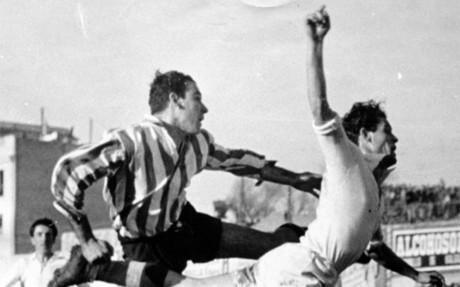 Telmo Zarra (izquierda) remata de cabeza durante un partido del Athletic Club