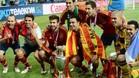 Los siete del Barça invitaron a su nuevo compañero, Jordi Alba, a posar con ellos y la copa