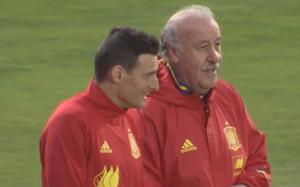 Del Bosque charló con Aduriz durante el entrenamiento y está pendiente de Busquets