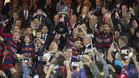 GRA406. MADRID, 22/05/2016.- El capit�n del FC Barcelona Andr�s Iniesta (c), junto a sus compa�eros, levanta la Copa del Rey tras vencer en la final al Sevilla FC por 2-0, esta noche en el estadio Vicente Calder�n, en Madrid. EFE/JuanJo Mart�n