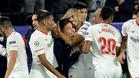 Berizzo, abrazado por sus jugadores durante el partido de este martes
