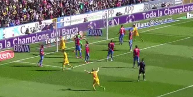 David Navarro anot� el 0-1 para el Bar�a en propia puerta