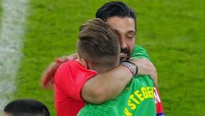 La imagen del abrazo entre Buffon y Ter Stegen