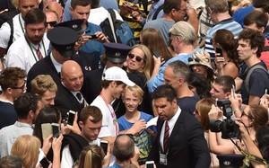 Andy Murray, rodeado de aficionados a la salida de su entrenamiento de este sábado