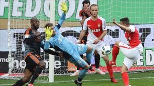 Gabriel Boschilia remacha uno de los dos goles con los que encarriló el triunfo del Monaco ante el Lorient
