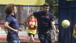 Piqué, jugando con Puyol en la Cruyff Court