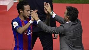 Luis Enrique se abrazó con todos los jugadores en su despedida