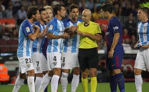 Los jugadores del Málaga cargaron contra el árbitro por el primer gol del FC Barcelona