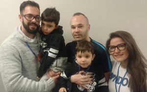 Andrés Iniesta, junto a Álvaro y su familia