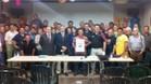 Los representantes de las 21 penyes asistentes y del club, con el cartel de la Trobada