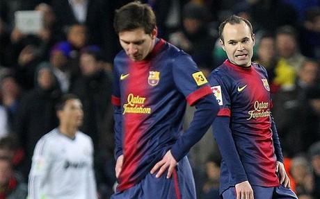 Messi e Iniesta, cabizbajos tras uno de los goles del Madrid