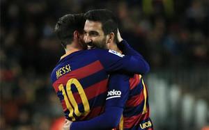 Arda Turan celebró el primer gol junto a Messi